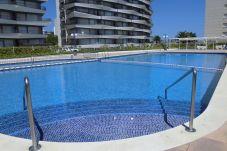 Vista general piscina para adultos, niños