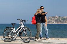 Una pareja con sus bicicletas enfrente de las islas medes en L'Estartit