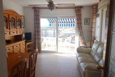 Wohnzimmer mit Fernseher mit Satellitenfernsehen TNT